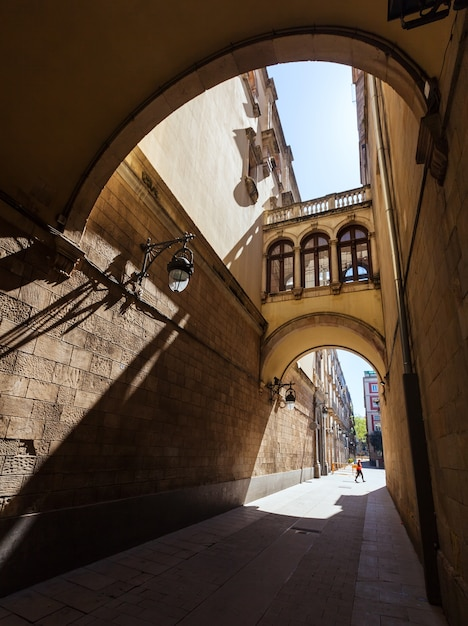 Antiga rua pitoresca de barcelona Foto gratuita