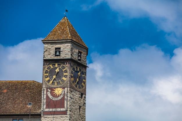 Antiga torre do relógio no castelo rapperswil na suíça Foto Premium