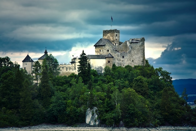 Antigo castelo nos mountians. Foto gratuita