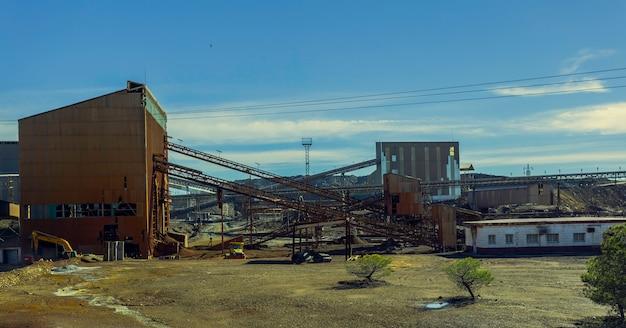 Antigo complexo de mineração de riotinto com correias transportadoras minerais e antigos edifícios de mineração Foto Premium
