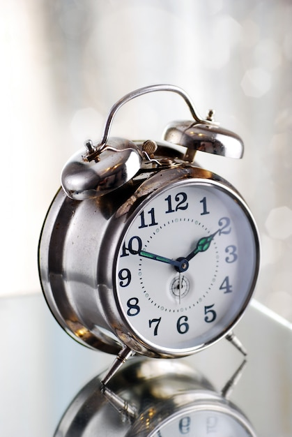 Antigo despertador de moda na luz da manhã Foto Premium
