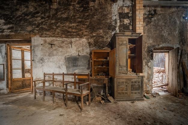 Antigo escritório de um armazém abandonado Foto Premium