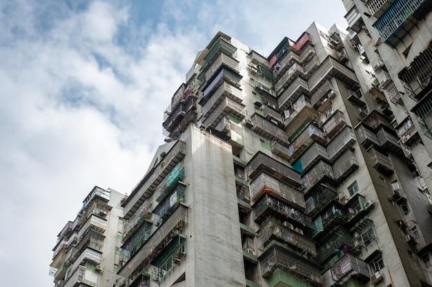 Antigo prédio de apartamentos com terraço de decaimento Foto Premium