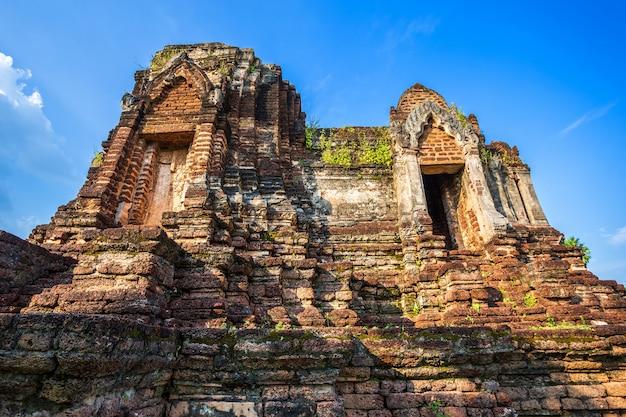 Antigo templo de pagode quebrado budista construído em tijolo vermelho e pedras Foto Premium