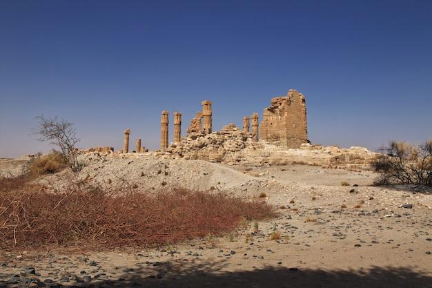Antigo templo egípcio de tutankhamon na ilha de soleb, sudão, núbia Foto Premium