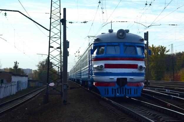 Antigo trem elétrico soviético com design desatualizado, movendo-se por via férrea Foto Premium