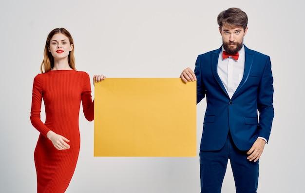 Anúncio homem e mulher cartaz maquete luz de fundo. foto de alta qualidade Foto Premium