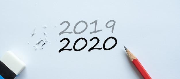 Apagando a alteração de texto de 2019 para 2020 Foto Premium