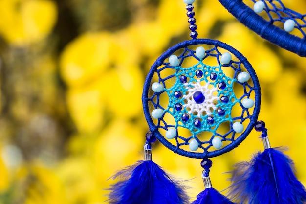 Apanhador de sonhos artesanal com fios de penas e contas de corda pendurada Foto Premium