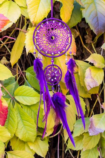 Apanhador de sonhos feitos à mão com fios de penas e contas de suspensão de corda Foto Premium