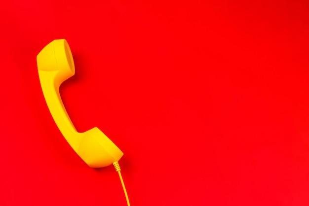 Aparelho amarelo sobre um fundo vermelho. Foto Premium