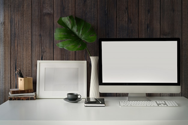 Aparelho de exibição de computador e escritório Foto Premium