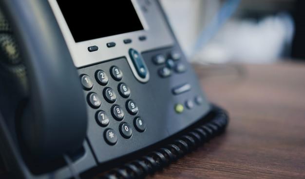 Aparelhos de telefone na mesa de escritório Foto Premium