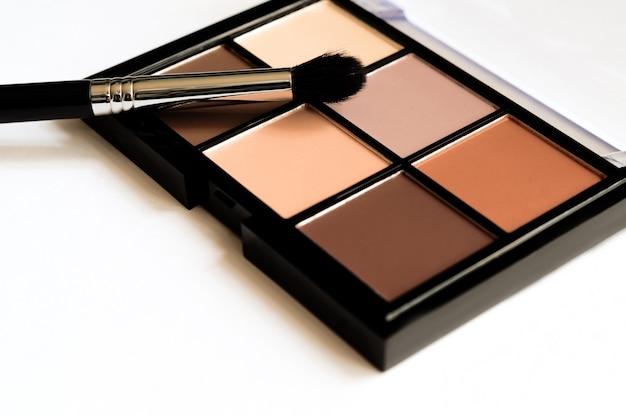 Aparência natural, sombras em tom marrom compõem a paleta em estojo preto. Foto Premium
