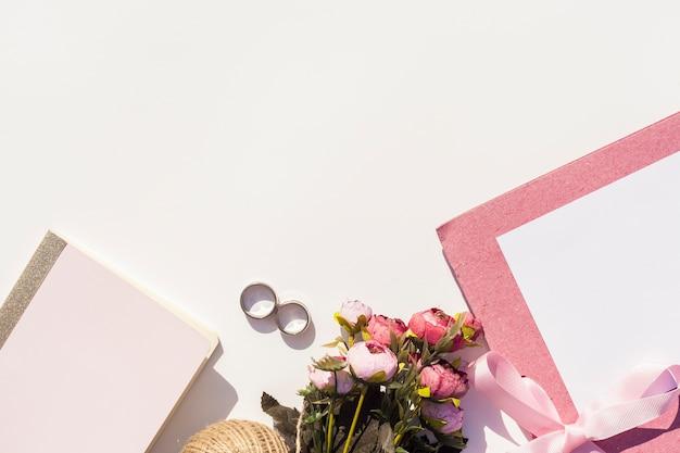 Apartamento colocar lindo arranjo de casamento no fundo branco Foto gratuita