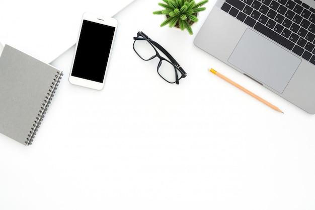 Apartamento criativo colocar foto da mesa do espaço de trabalho Foto gratuita