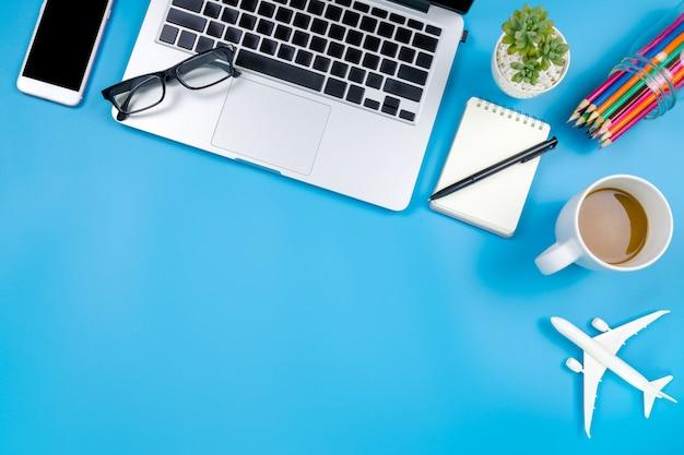 Apartamento criativo colocar foto do moderno local de trabalho com laptop Foto Premium
