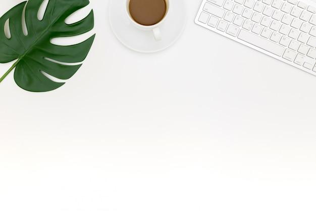 Apartamento criativo colocar foto do moderno local de trabalho com laptop, Foto Premium