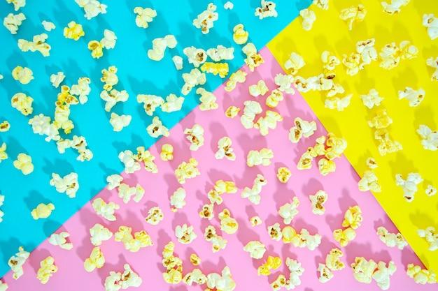 Apartamento de pipoca sobre fundo colorido Foto gratuita