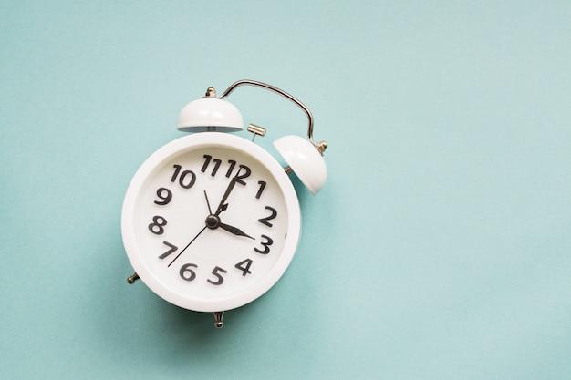 Apartamento leigos branco lindo novo despertador na parede de cor azul. com espaço de cópia. Foto Premium
