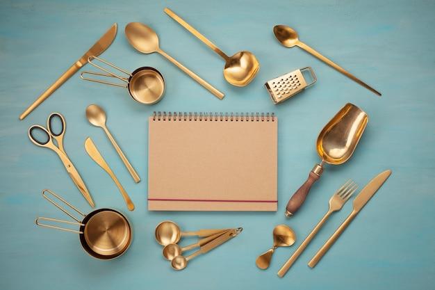 Apartamento leigos com utensílios de cozinha e espaço em branco da cópia. receitas de cozinha, blogs de culinária, conceito de aulas Foto Premium
