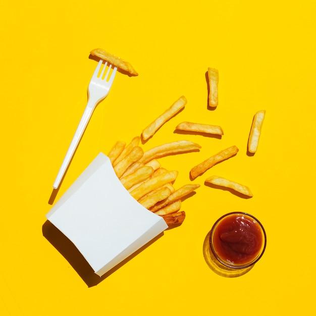 Apartamento leigos de batatas fritas com ketchup Foto gratuita