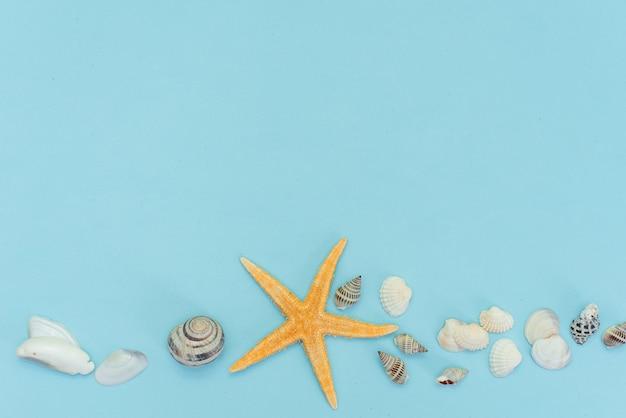 Apartamento leigos de férias de verão praia tropical com acessórios de verão praia para viajar em fundo azul de madeira Foto Premium
