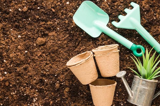 Apartamento leigos de ferramentas de jardim com copyspace Foto gratuita