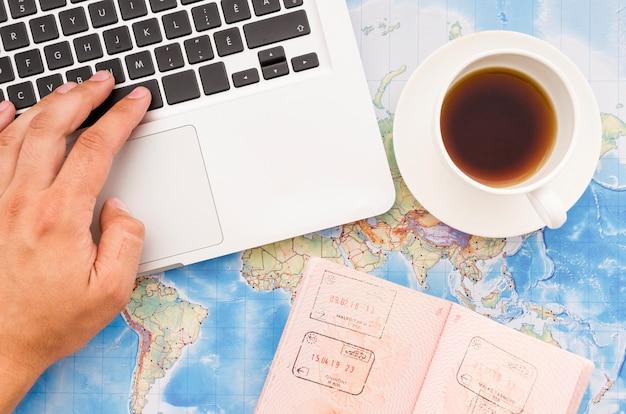 Apartamento leigos de laptop com passaporte Foto gratuita