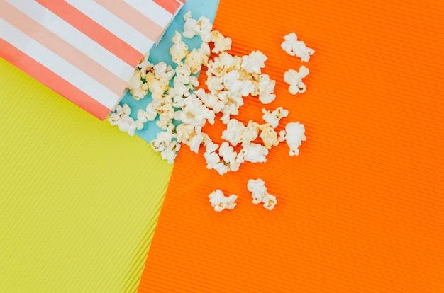 Apartamento leigos de pipoca para o conceito de cinema Foto gratuita