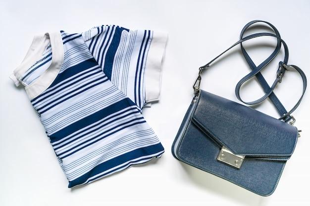 Apartamento leigos de roupas de mulher e acessórios conjunto com bolsa. moda feminina fundo de moda. Foto Premium