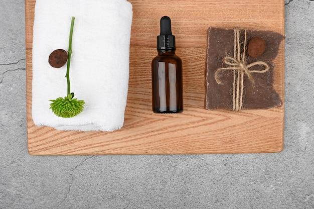 Apartamento leigos em cosméticos naturais. layout plano com acessórios, cosméticos spa, sal de banho, creme e toalhas. esteticistas, cosméticos naturais Foto Premium