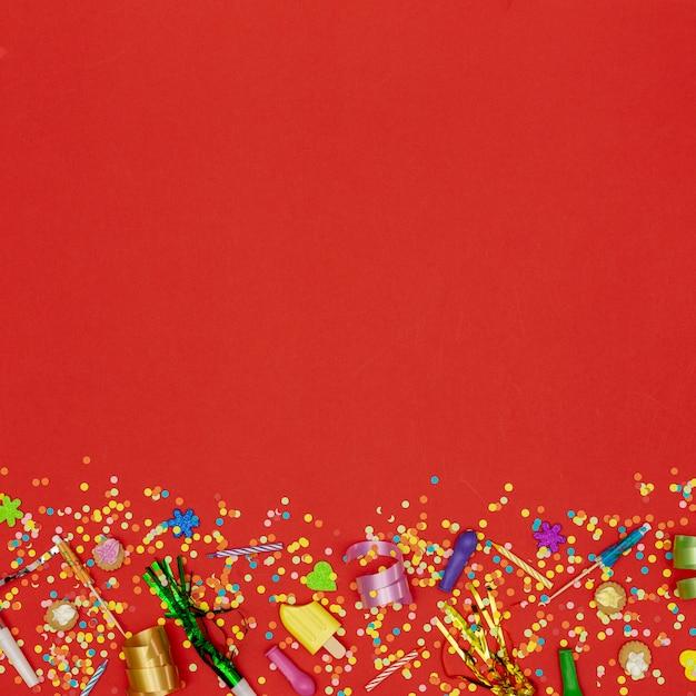 Apartamento leigos enfeites de aniversário em fundo vermelho Foto gratuita