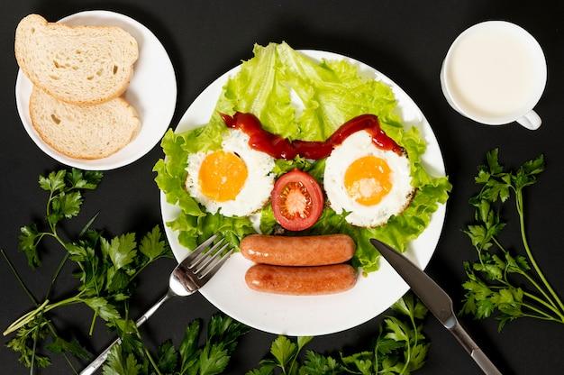 Apartamento leigos ovo frito com legumes frescos arranjo de rosto no fundo liso Foto gratuita