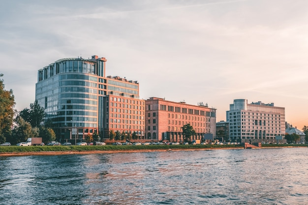 Apartamentos luxuosos em são petersburgo, rússia. vista do outro lado do rio malaya nevka. Foto Premium
