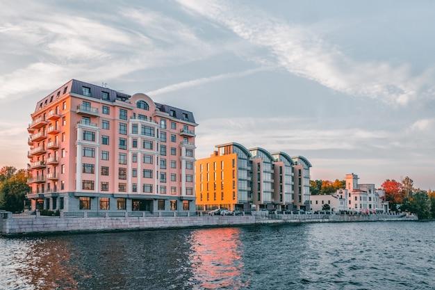 Apartamentos luxuosos. novo distrito residencial moderno, ilha petrovsky, são petersburgo. rússia. Foto Premium