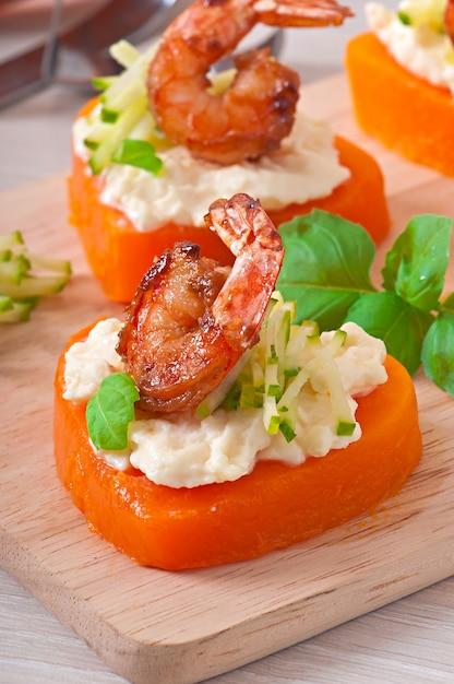 Aperitivo de camarão e cream cheese em corações de abóbora Foto gratuita
