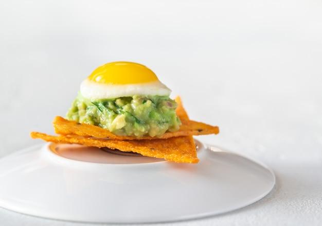 Aperitivo de ovo de codorna e guacamole Foto Premium