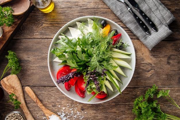 Aperitivo de prato de legumes frescos na mesa de madeira Foto Premium