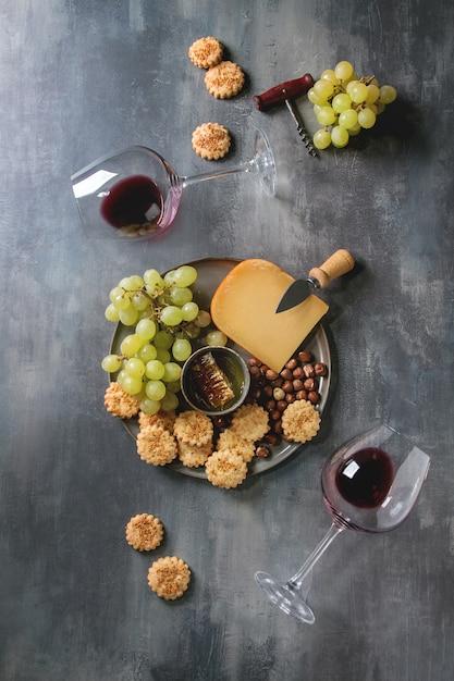 Aperitivo de queijo e uvas Foto Premium