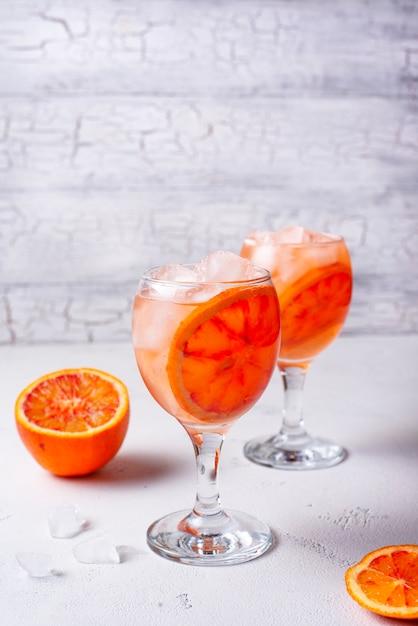 Aperol spritz, coquetel italiano com laranja Foto Premium