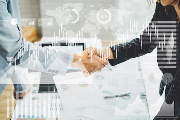 Aperto de mão do negócio do acordo do homem de negócios dois que agita as mãos. imagens de conceito para cooperação e trabalho em equipe. Foto Premium
