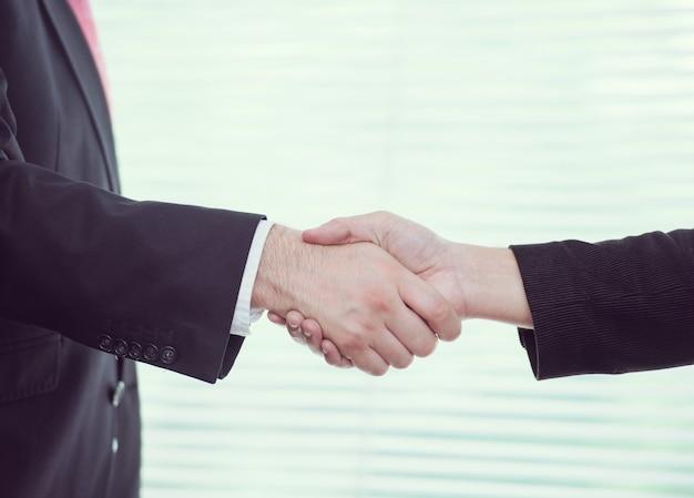 Aperto de mão para lidar com pessoas de negócios e executivos Foto Premium
