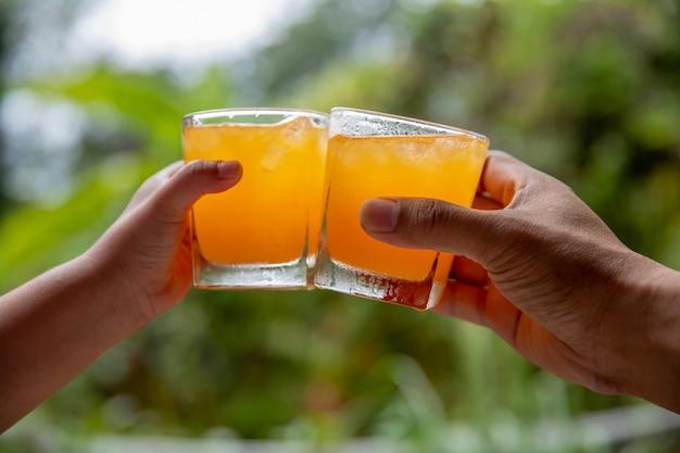 Apertos de suco de laranja em fundo natural Foto Premium