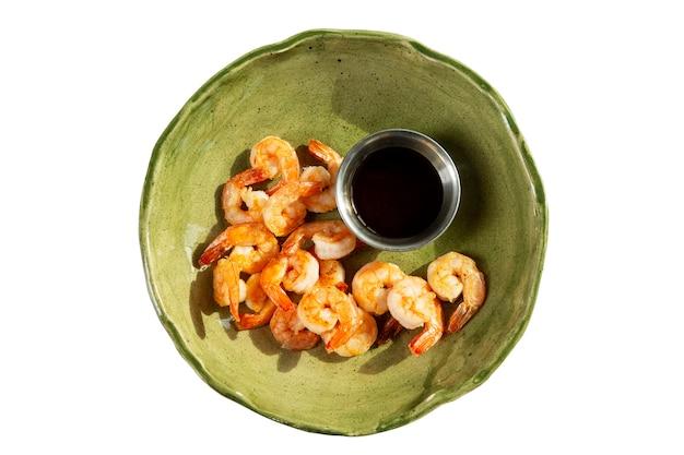 Apetitoso camarão frito com molho de soja em um prato verde Foto Premium