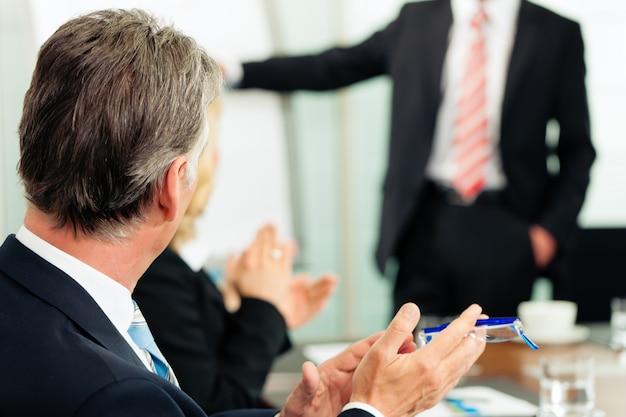 Aplausos para uma apresentação em reunião Foto Premium