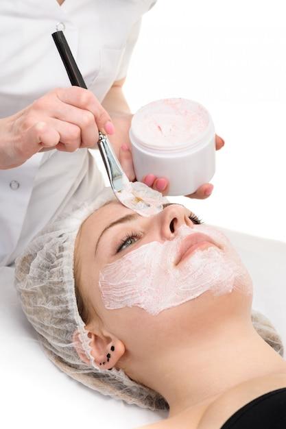 Aplicação de máscara de peeling facial Foto Premium