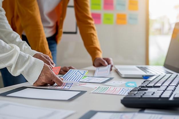 Aplicação de planejamento creative web designer e desenvolvimento de layout de modelo. Foto Premium