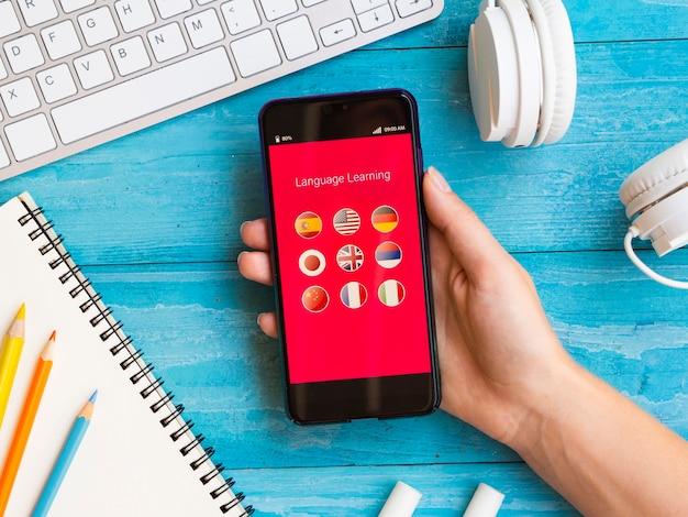 Aplicativo da vista superior para aprender um novo idioma no telefone Foto Premium