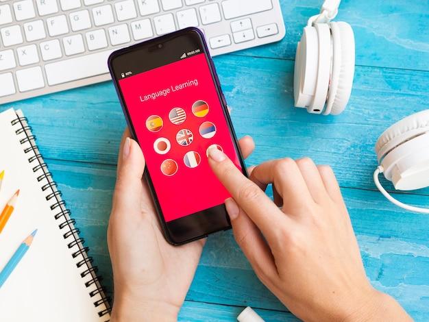 Aplicativo de alto ângulo para aprender um novo idioma no telefone Foto Premium
